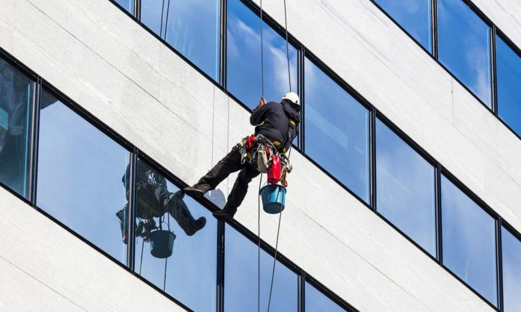jasa pembersih kaca gedung